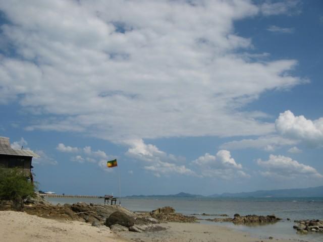 "В сезон тут ""горячо"". Флаг Ямайки на тайском ветру"