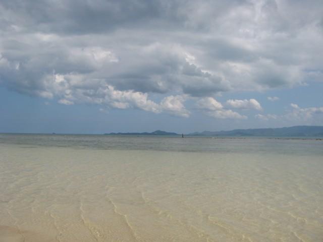 Ко Самуи на горизонте и рыбак на рифе