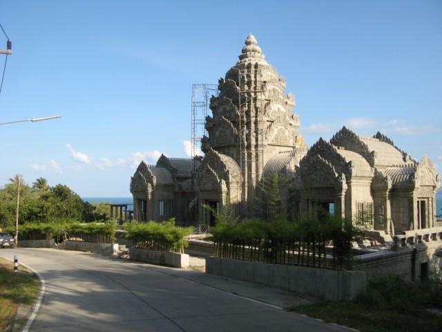 Строящийся храм у дороги