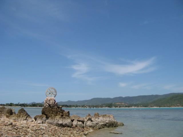 """Буддистский символ на побережье за спиной у """"Большого Будды"""""""