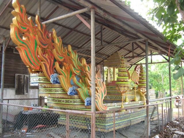 Ват Бо Пхут. Что-то типа лодки на прицепе с колёсами. Видимо  используется во время шествий и прочих церемоний