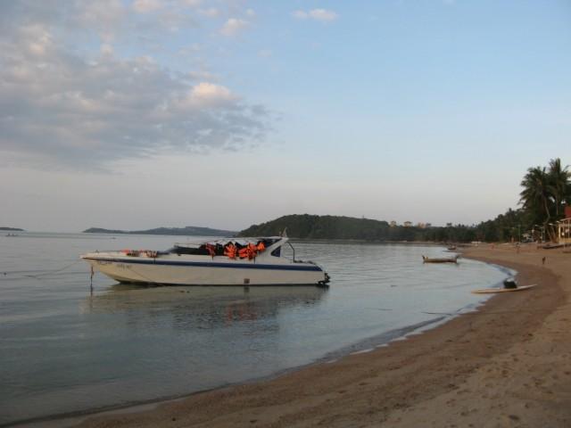 """Пляж Бо Пхут. Вдалеке - лесистый мысок, за ним - пляж Банг Рак, """"Большой Будда"""""""