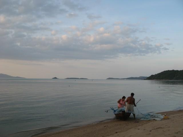 Рыбак и его жена готовят сеть к выходу в море