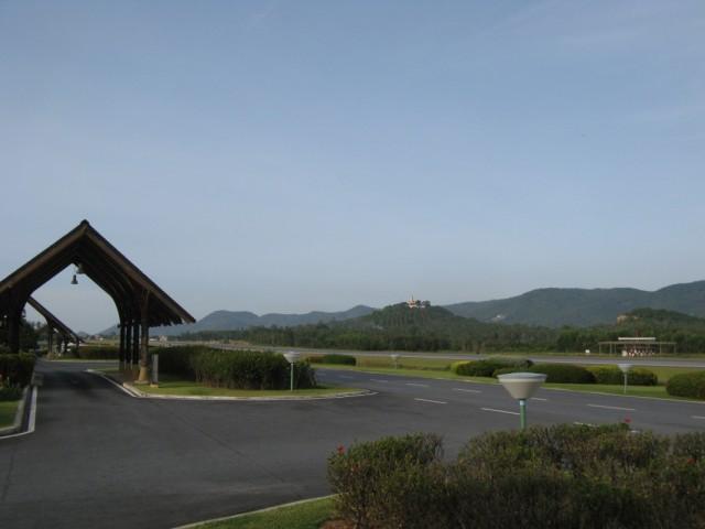Аэропорт и Пагода-На-Холме вдалеке