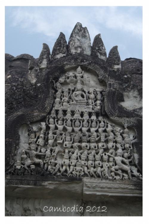 даже зодчие времён Ангкора как предупреждение запечатлели группу китайских туристов :-)