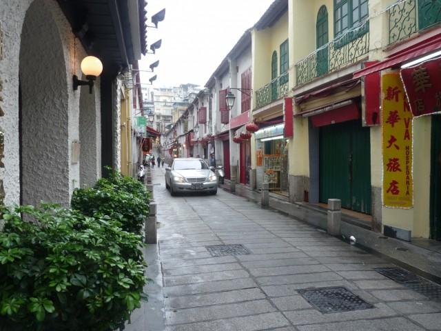 вид на улочку, справа неприметный вход в Sanva Hostel