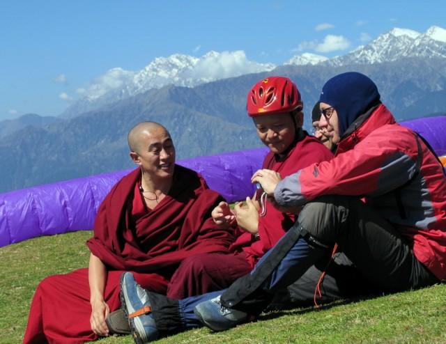 монахи тоже пришли полюбоваться-пообщаться