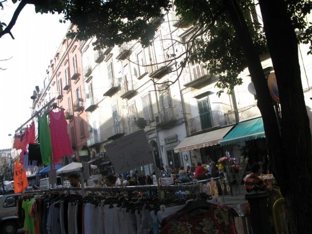 можно одеться на рынке почти в центре города,