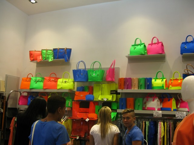 а можно купить сумку рядом в магазинчике