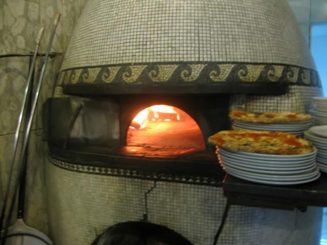 печь, где выпекают пиццу
