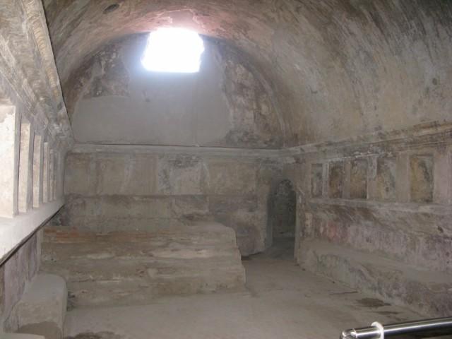 внутри сохранились купальни