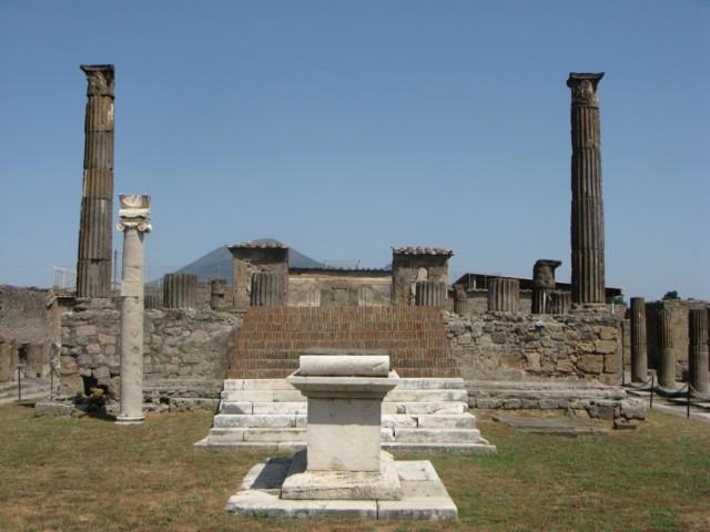 храм Августа, рядом был рынок