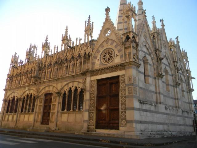 крохотная церковь на набережной Арно