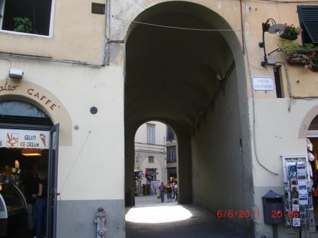 Площадь Амфитеатр - действительно совешенно круглая и замкнутая : вход-выход через две арки