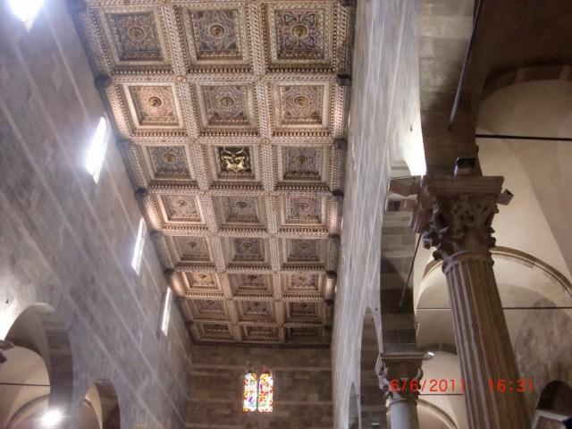 внутри собора мало что сохранилось - слишком много войн прокатилось через Лукку