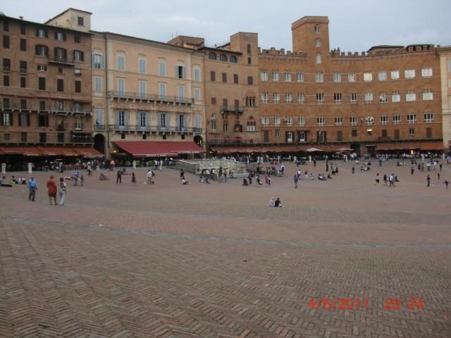 """Площадь перед Синьорией  - здесь проходят скачки """"Палио ди Сиена"""""""