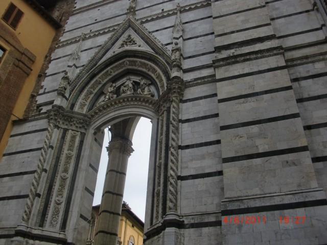 Из баптистерия в собор можно пройти только через эту арку