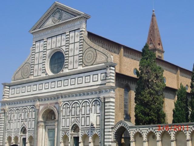 Привокзальная церковь, а может и наоборот  )))     Именем этой церкви назван главный вокзал Флоренции  -  Санта Мария Новелла