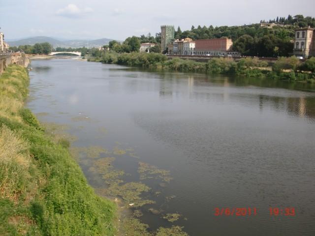 Арно течет через сердце Флоренции