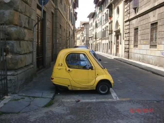 узкие улицы , маленькие машинки