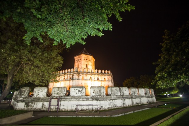 форт Пра Сумен ночью