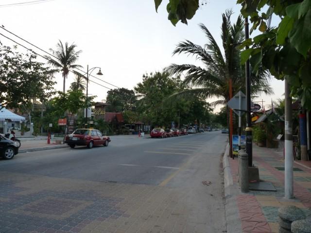 Главная улица на Cenang Beach. Слева за красным такси поворот возле ресторана Rasa (видна вывеска) к гестхаузам