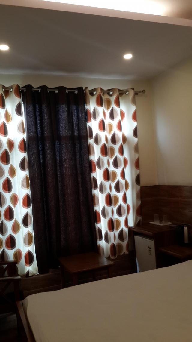 В комнате кондиционер, телевизор новый, вентилятор на потолке,  холодильник, чайник, стаканы, противомоскитная сетка, телефон, интернет