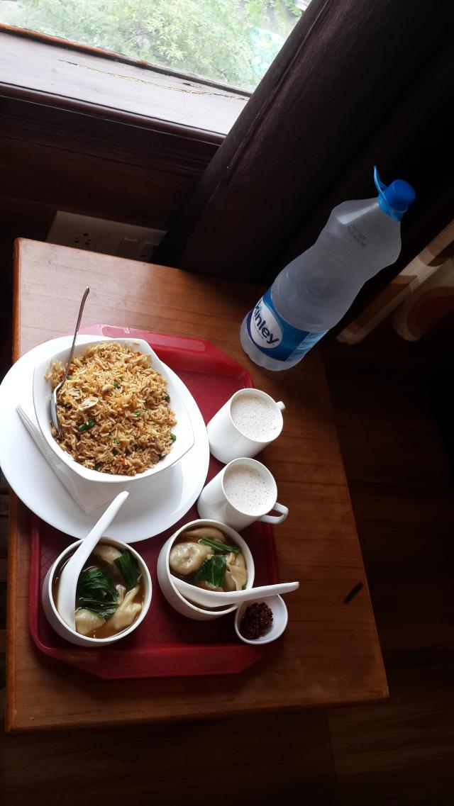Маленький ресторанчик внизу отеля. Вкусно и недорого кормят (рис вег. на фото 80 рупий). Можно заказывать в номер