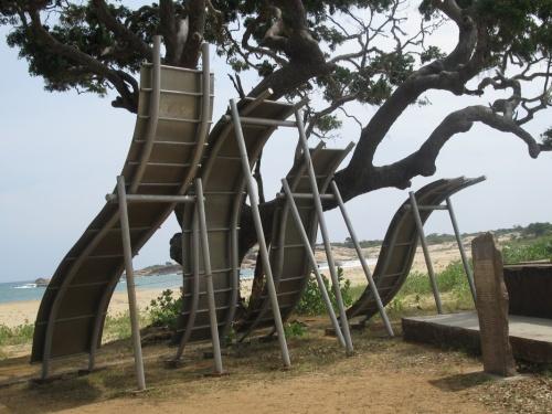 Памятник цунами в нац. парке Яла. 4 волны цунами
