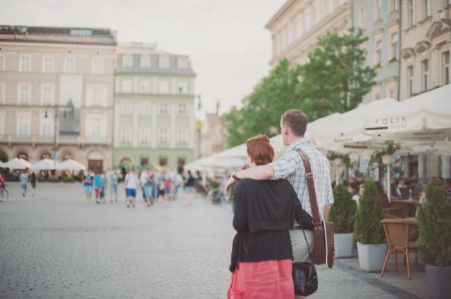 милые парочки прогуливаются по улицам главной площади