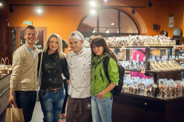 конечно же мы заставили купить наших конфет иностранного гостя )))