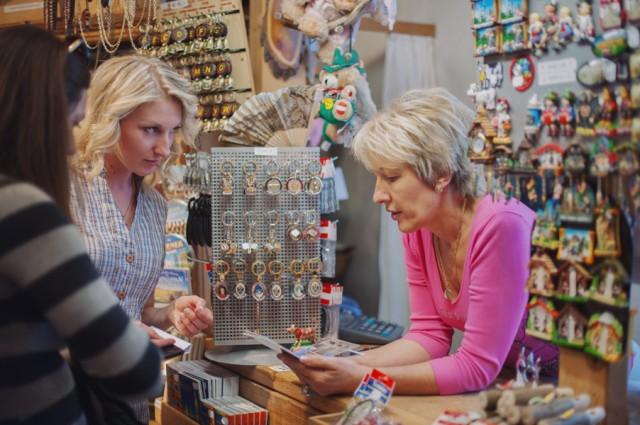 русскоязычная продавец рассказывает нам что и куда в Вене