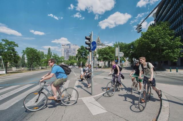 велосипедисты и велосипедные дорожки- Европа...