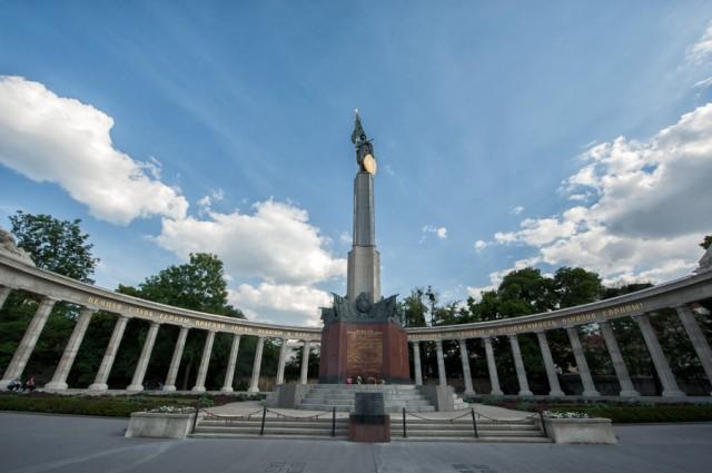 Памятник советским воинам на площади Шварценбергплатц