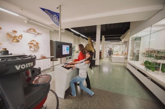 в музее можно все трогать, а некоторыми вещами даже управлять