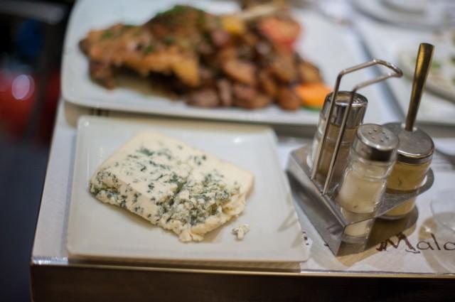 Наш ужин: сыр с плесенью...