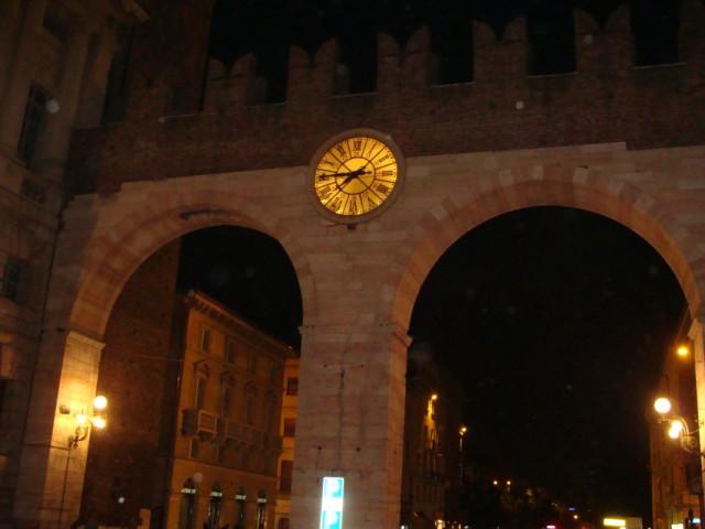 Арка перед въездом на Пьяцца Бра, где расположена Арена ди Верона.