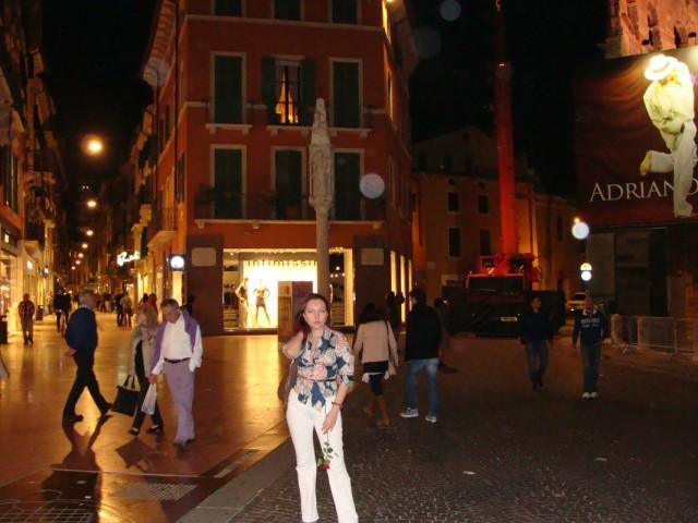 За спиной моей супруги: слева - Виа Маззини (центральная торговая улица), справа - улица, огибающая Арену.
