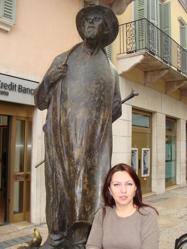 Памятник веронскому старожилу.