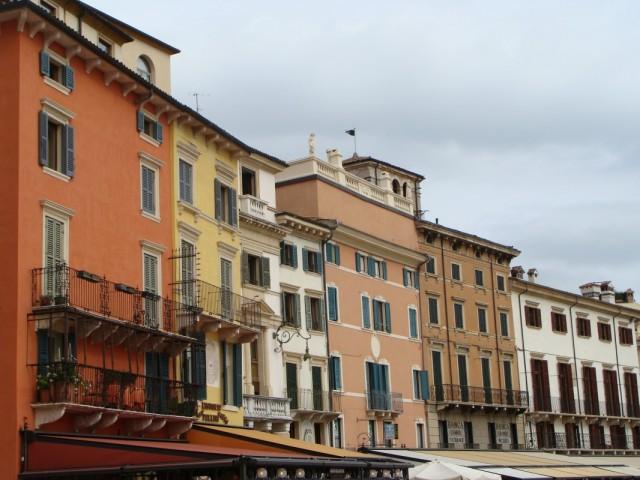 Дома вдоль Пьяцца Бра (Площадь Бра).