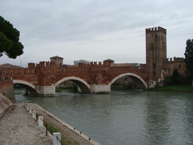 Вид на замок и мост с противоположного берега