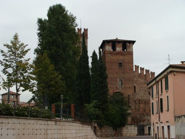 Вид на замок с одной из улиц