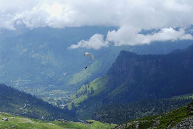 Вид на долину Куллу с дороги на перевал Ротанг