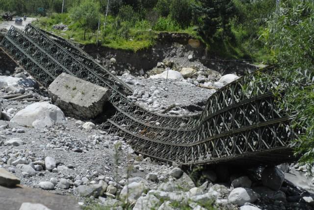 Обрушившийся мост недалеко от Манали