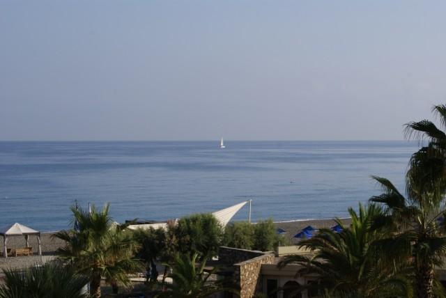 Утром на балконе смотрю в сторону моря