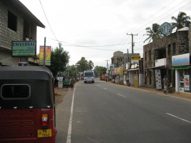По главной улице Хиккадувы