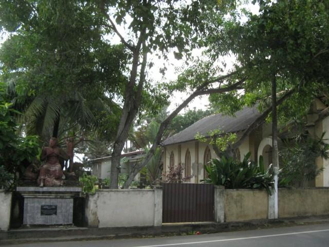Местная церковь с кладбищем и памятником Жертвам Цунами