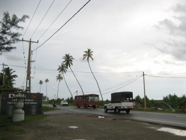На трассе у берега возле Хонгаджи Вихары. Вид в сторону Хиккадувы