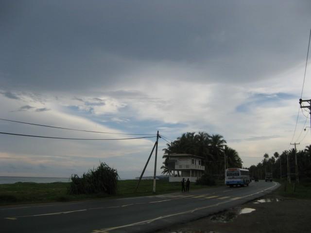 На трассе у берега возле Хонгаджи Вихары. Вид в сторону Амбалангоды