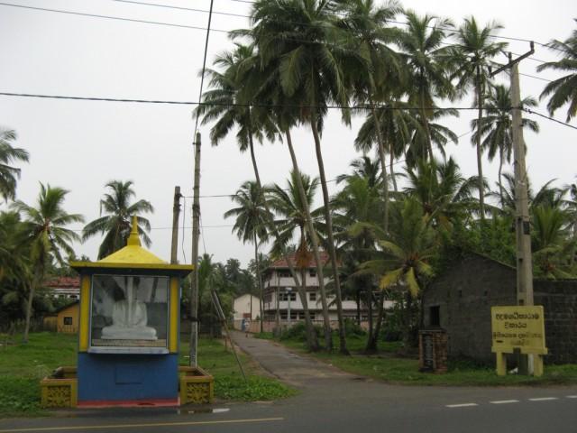 Буддистский монумент на входе в Пералию